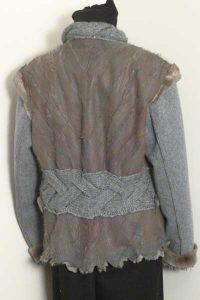 Jacke mit geschorenem Bisam (innen) mit gefärbter Lederseite (außen). In Kombination mit Strick- und Walkstoffanteilen