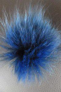 Anstecker aus gefärbtem Blaufuchs