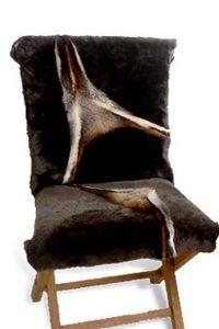 Stuhlauflagen aus Schaffell mit eingearbeiteten Rotfuchspfoten