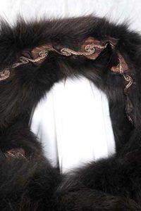 Feinster Wollstoffmantel gefüttert mit gefärbten Fuchsseiten. Die innenliegende Borte umrandet ebenfalls die Kapuze. Detail: Kapuze.
