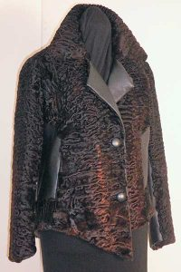Asymmetrische Jacke mit rot gefärbtem Persianer mit Nappaleder.