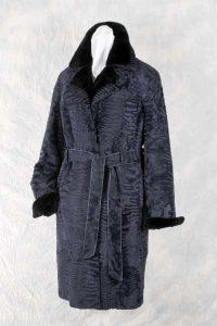 Blau gefärbter Breitschwanz-Mantel mit doppeltem Kragen. Oberer Kragen & Ärmelaufschlag in kuscheligem Samtnerz.