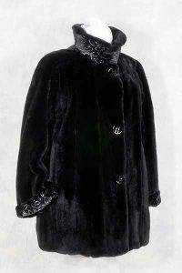 Exquisite Samtnerz-Jacke mit Silberdruck.