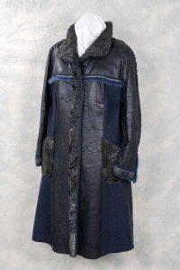 Naturpersianer-Mantel mit blau nappierter Lederseite im Materialmix mit Walkstoff.