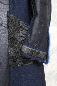 Naturpersianer-Mantel mit blau nappierter Lederseite im Materialmix mit Walkstoff. Ärmelabschluss und Tasche
