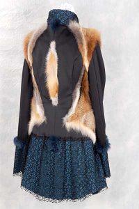 Leichte Jersey Jacke mit Spitze, Rotfuchspfoten und Kanindetails figurbetont angeordnet.
